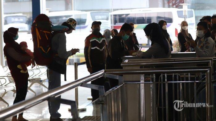 Petugas mendata sejumlah pemudik yang baru saja tiba di Terminal Terpadu Pulo Gebang, Jakarta Timur, Selasa, (18/5/2021). Pantauan Tribunnews di lapangan, terdapat empat penumpang yang terindikasi terpapar Covid-19 berdasar uji rapid test antigen. Berdasarkan data Dinas Kesehatan DKI Jakarta, kasus aktif di Jakarta bergerak fluktuatif selama dua pekan terakhir. Pada tanggal 3 Mei 2021 ada peningkatan kasus aktif dari 7.039 menjadi 7.266 pada 15 Mei 2021. Pencatatan itu mengalami penurunan menjadi 7.146 pada 16 Mei 2021. Tribunnews/Jeprima