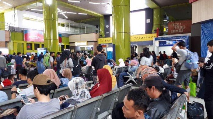Suasana Stasiun Gambir sehari jelang Hari Raya Idul Fitri, Jakarta, Selasa (4/6/2019).