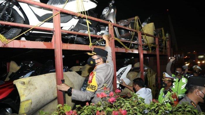 Gagal Kelabui Polisi, 10 Pemudik Terciduk saat Sembunyi di sela-sela Motor yang Diangkut Truk
