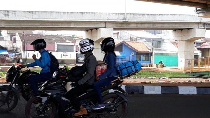 Arus Balik Pemudik Motor Ramai Lintasi Kalimalang, Bawaannya Kerupuk Warna-warni