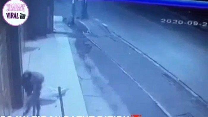 Sadis 2 Pemulung di Cikarang Dirampok dan Dipukul Balok, Aksi Terekam CCTV, Polisi Buru Pelaku