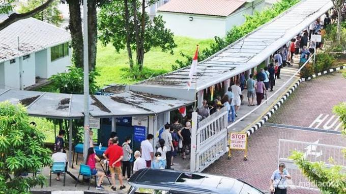 Para pemilih membentuk antrian untuk memasuki tempat pemungutan suara di Sekolah Menengah Bukit Merah pada 10 Juli 2020.