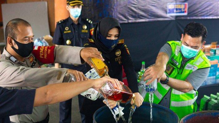 Sebanyak 1.443 botol minuman mengandung etil alkohol (MMEA), 27.600 batang rokok dan 9.600 gram hasil olahan tembakau, dimusnahkan Bea Cukai Soekarno-Hatta, pada Kamis (2/7) di halaman Kantor Bea Cukai Soekarno-Hatta.