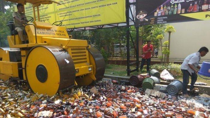 Jutaan Batang Rokok dan Ribuan Miras Ilegal Dimusnahkan