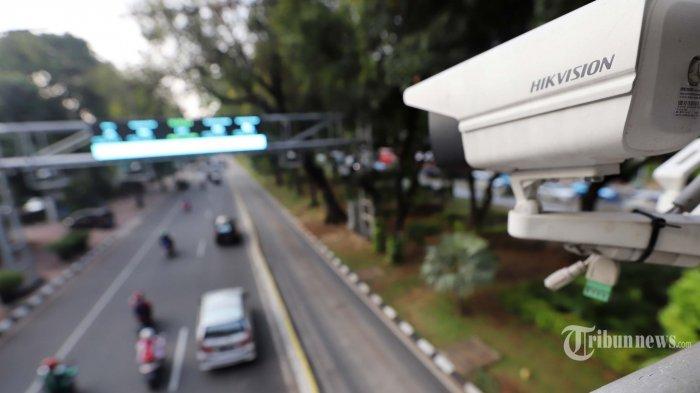 Sejumlah kendaraan melintasi kamera pengawas atau Closed Circuit Television (CCTV) yang terpasang di Jalan Medan Merdeka Barat, Jakarta Pusat, Rabu (3/7/2019). Direktorat Lalu Lintas Polda Metro Jaya menerapkan penilangan dengan sistem Electronic Traffic Law Enforcement (ETLE) dengan memasang 10 kamera baru dengan fitur tambahan yang dapat mendeteksi pemakaian sabuk pengaman, penggunaan telepon genggam oleh pengemudi, nomor pelat ganjil genap, dan batas kecepatan mengemudi. Tribunnews/Jeprima