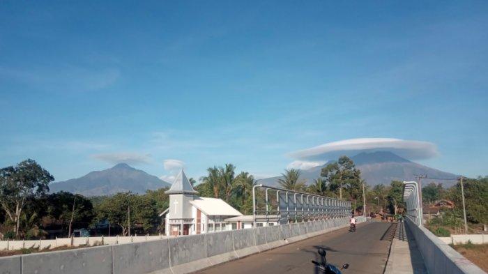 Penampakan Gunung Merbabu bercaping, Kamis (3/10/2019).
