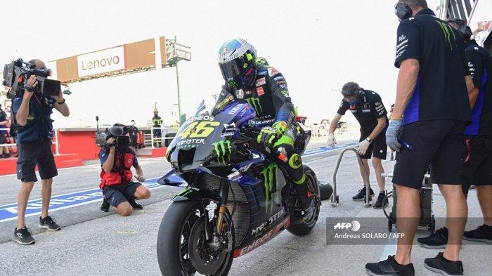 Pembalap Italia Monster Energy, Valentino Rossi, meninggalkan pit selama sesi latihan bebas ketiga jelang Grand Prix MotoGP San Marino di Sirkuit Dunia Misano Marco Simoncelli pada 12 September 2020