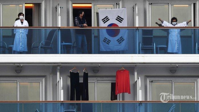 Penumpang Kapal Pesiar The Diamond Princess masih dikarantina terkait virus corona di dalam kapal yang berlabuh di Terminal Kapal Dermaga Daikoku, Yokohama, Jepang, Jumat (14/2/2020). Total terdapat 78 WNI yang menjadi kru kapal tersebut, dengan 4 diantaranya positif terjangkit virus corona. AFP/CHARLY TRIBALLEAU