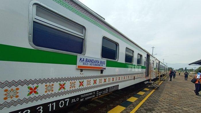 Penampakan luar dari KA BIAS yang berhenti di Stasiun Klaten, Selasa (11/2/2020).