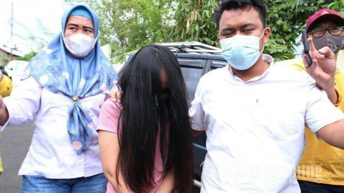 Penampakan mantan istri Andika Kangen Band, Chairunnisa alias Caca, ketika keluar dari ruang Subdit III Mapolda Lampung, Rabu (10/2/2021). Caca ditangkap polisi lantaran diduga terlibat kasus narkoba, pada Selasa (9/2/2021).