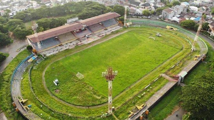 Penampakan rumput stadion Mattoanging, Makassar yang mulai tidak terawat imbas Liga 1 dihentikan PSSI karena Virus Corona.