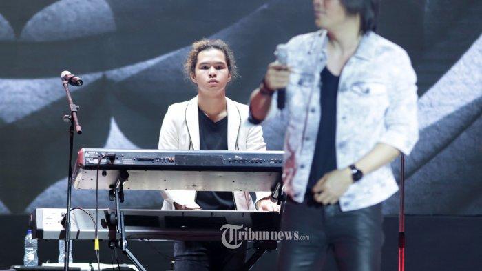 Penampilan Dul Jaelani berkolaborasi dengan Dewa 19, Once, dan Ari Lasso pada festival musik Tamagochill, di Jakarta, Jumat dini hari (22/11/2019). Dewa 19 membawakan sejumlah lagu hits yang seperti Kangen, Kamu lah Satu-satunya, Pupus, Hidup Adalah Perjuangan, Risalah Hati, dan Cemburu. TRIBUNNEWS/HERUDIN