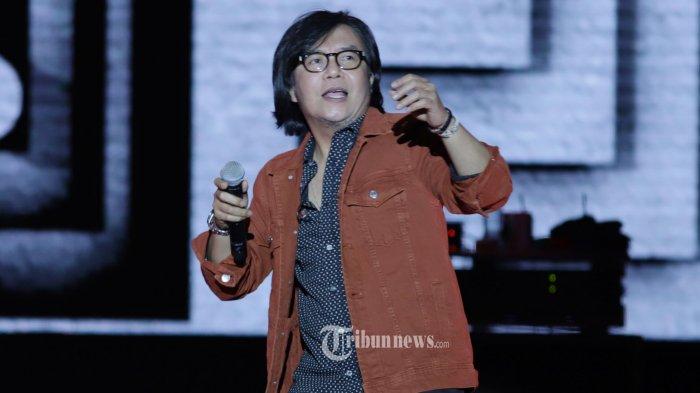 Penampilan Ari Lasso berkolaborasi dengan Dewa 19 dan Dul Jaelani pada festival musik Tamagochill, di Jakarta, Jumat dini hari (22/11/2019). Dewa 19 membawakan sejumlah lagu hits yang seperti Kangen, Kamu lah Satu-satunya, Pupus, Hidup Adalah Perjuangan, Risalah Hati, dan Cemburu. TRIBUNNEWS/HERUDIN