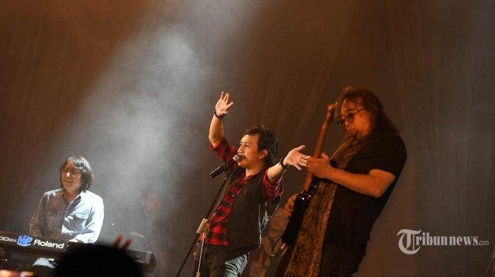 Penampilan grup band KLa Project yang digawangi Katon, Lilo, dan Adi memungkasi konser Pita Kaset 90's Music Festival di Dyandra Convention Center, Kota Surabaya, Jawa Timur, Jumat (20/9/2019) malam. Konser dibuka dengan penampilan grup band asal Bandung, Java Jive. Surya/Ahmad Zaimul Haq