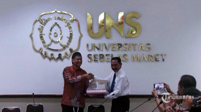 Director Corporate Human Resource Kompas Gramedia, Sigit Suryanto dengan Kepala Kantor Humas dan Kerjasama Universitas Sebelas Maret Solo, Tundjung Wahadi melakukan penandatanganan Memorendum of Understanding (MoU) kerjasama di Gedung Rektorat UNS, Senin (22/12/2014). (Tribun Jateng/Suharno)