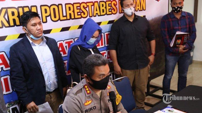 Artis berinisial H tampil di depan wartawan saat gelar kasus dugaan prostitusi di Mapolrestabes, Medan, Sumatera Utara, Selasa (14/7/2020). H yang merupakan selebgram dan artis Film Televisi (FTV) tersebut ditangkap Polrestabes Medan dari sebuah hotel yang diduga terlibat dalam kasus prostitusi. (TRIBUN MEDAN/RISKI CAHYADI)