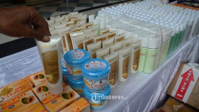 KOSMETIK OPLOSAN - Penyidik Direktorat Kriminal Khusus Kepolisian Daerah Jawa Timur berhasil mengungkap kasus peredaran produk kecantikan oplosan dan ilegal beromzet ratusan juta rupiah per bulan dalam ungkap kasus di Mapolda, Selasa (4/12). Polisi menyita ratusan produk kecantikan dari rumah kecantikan milik tersangka dari beragam jenis. Ada pula produk kecantikan merek terkenal yang kemudian dioplos jadi produk DSC, di antaranya Mustika Ratu, Marcks Beauty Powder, Sabun Papaya, Viva Lotion, Vasseline, Sriti, dan lainnya. Peralatan praktik seperti infus juga diamankan oleh polisi.