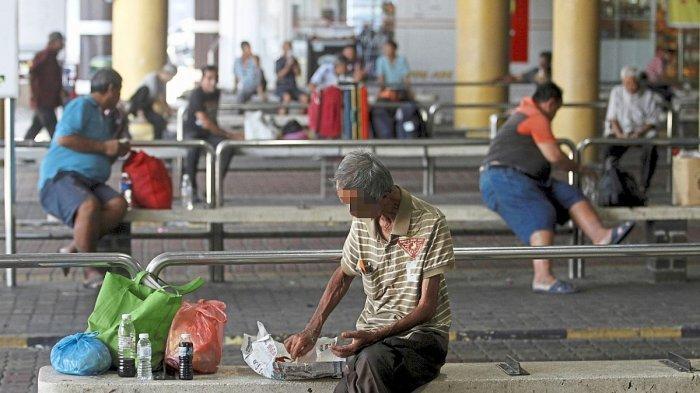 Seorang penarik becak di Penang tampak kelaparan dan makan di tempat terbuka, saat social distancing dan lockdown untuk mengantisipasi penyebaran wabah virus corona (Covid-19) diberlakukan di Malaysia.