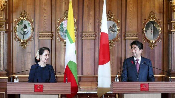 Penasihat Negara Myanmar Aung San Suu Kyi (kiri) dan Perdana Menteri Jepang Shinzo Abe (kanan).
