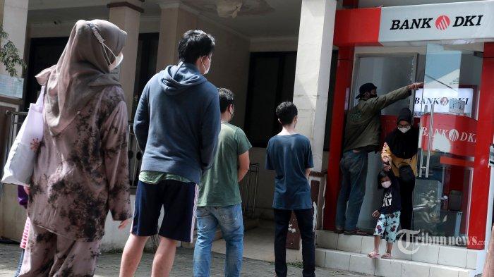 Warga mengantre untuk mengambil uang bantuan sosial tunai atau BST di ATM Bank DKI, Jakarta, Selasa (20/7/2021). Pemprov DKI menyiapkan anggaran Rp 604 miliar untuk bantuan sosial tunai atau BST kepada 1 juta Kepala Keluarga (KK) penerima manfaat selama Pemberlakuan Pembatasan Kegiatan Masyarakat (PPKM) Darurat. Nilai BST kali ini mencapai Rp 600.000 per KK dari hasil rapelan penyaluran tahap 5 dan 6 yang sempat tertunda pada Mei-Juni 2021 lalu. Tribunnews/Irwan Rismawan