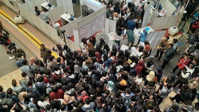 Pagelaran Job Fair besar-besaran di Kota Tangerang berlangsung pada hari ini, Selasa (23/7/2019). Para pencari kerja rela berdesakan
