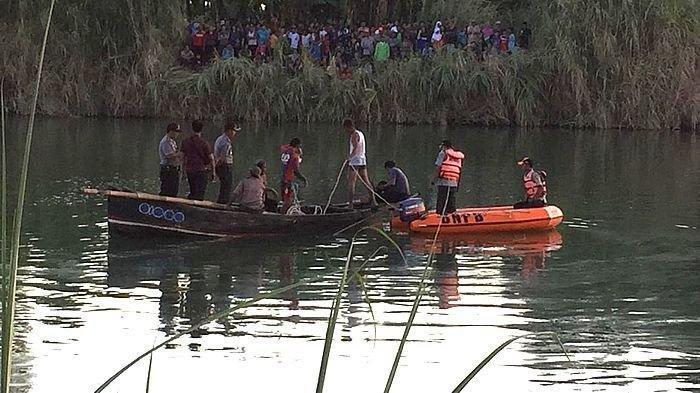 Pencarian korban pesawat jatuh di Sungai Rambatan Cimanuk Desa Lamaran Tarung Blok Kijang Satu, Kecamatan Cantigi, Kabupaten Indramayu, Senin (22/7/2019). Tribun Jabar/Handhika Rahman