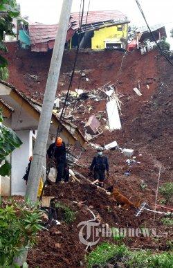Petugas berusaha mencari korban tertimbun tanah longsor di Dusun Bojong Kondang, Desa Cihanjuang, Kecamatan Cimanggung, Kabupaten Sumedang, Minggu (10/1/2021). Longsor yang terjadi dua kali pada Sabtu, 9 Januari 2021 itu, mengakibatkan 18 jiwa luka dan 13 jiwa menggal dunia. TRIBUN JABAR/GANI KURNIAWAN