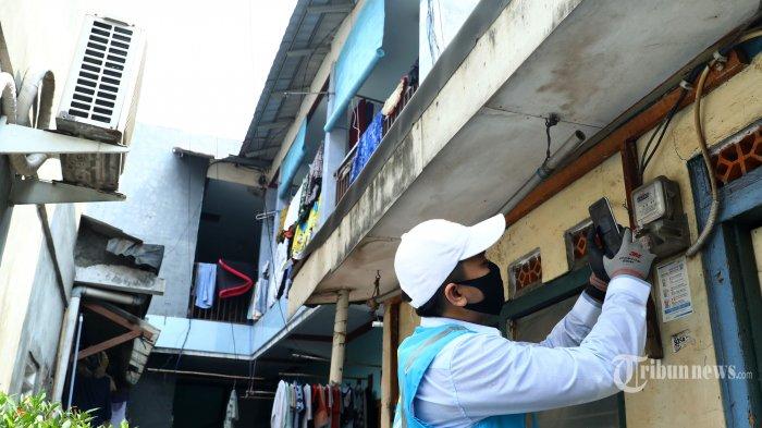 Petugas PLN melakukan pencatatan meter di rumah pelanggan di Cipulir, Jakarta, Selasa (30/6/2020). PLN memastikan seluruh petugas pencatat meter akan melakukan pencatatan meter secara langsung ke rumah pelanggan pascabayar. Pencatatan ini akan digunakan sebagai dasar perhitungan tagihan listrik di rekening  bulan Juli nanti. TRIBUNNEWS/IRWAN RISMAWAN