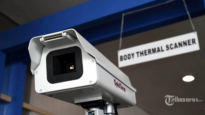 Alat pendeteksi suhu tubuh (thermal scanner) dipasang di terminal 2 Bandara Juanda Surabaya, Rabu (22/1/2020). Kantor Kesehatan Pelabuhan (KKP) Kelas 1 Surabaya wilayah kerja bandara Juanda meningkatkan kewaspadaan dengan memasang alat pendeteksi suhu tubuh (thermal scanner) untuk mengantisipasi masuknya virus corona yang berasal dari negara China ke wilayah Indonesia. SURYA/AHMAD ZAIMUL HAQ
