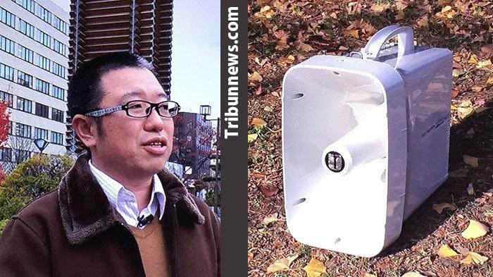 Pencipta suara gagak (kiri) Naoki Tsukahara (40) menggunakan speaker biasa (kanan).