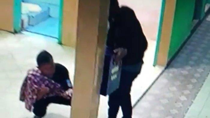 2 Orang Diduga Hendak Curi Kotak Amal Masjid, Pelaku Naik Mobil Sedan, Terekam Kamera CCTV