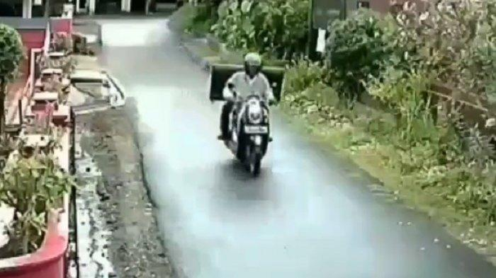 Sambil Kendarai Honda Scoopy, Pria Ini Gasak TV Besar di Perumahan Sepi