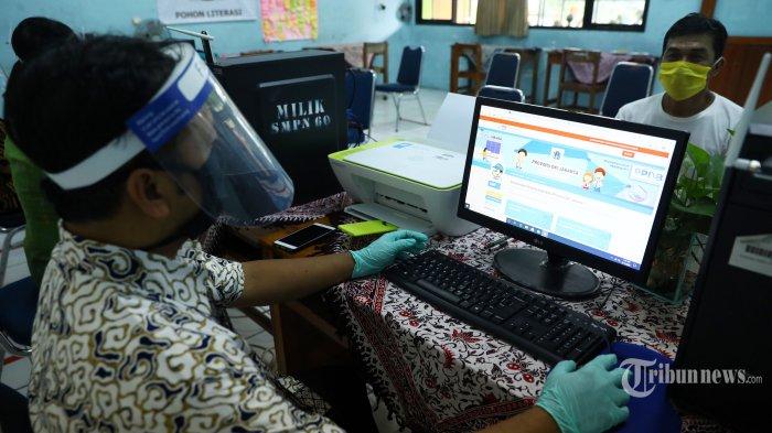 Petugas pendaftaran menggunakan face shield saat Penerimaan Peserta Didik Baru (PPDB) di SMP Negeri 60, Jakarta, Kamis (11/6/2020). PPDB di DKI Jakarta resmi dibuka hari ini dan beberapa sekolah menerapkan protokol kesehatan. TRIBUNNEWS/IRWAN RISMAWAN