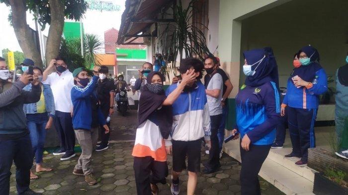 Demo Memanas, Emak-emak Masuk ke Tengah Massa Menangis Cari Anaknya hingga Ketemu dan Disoraki