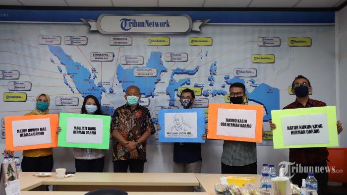Komisaris Herman Dharmo berfoto bersama karyawan disela-sela acara pelepasan purna tugas Komisaris Tribun Network di Gedung Tribun, Palmerah, Jakarta Pusat, Selasa (30/6/2020). Tribunnews/Jeprima