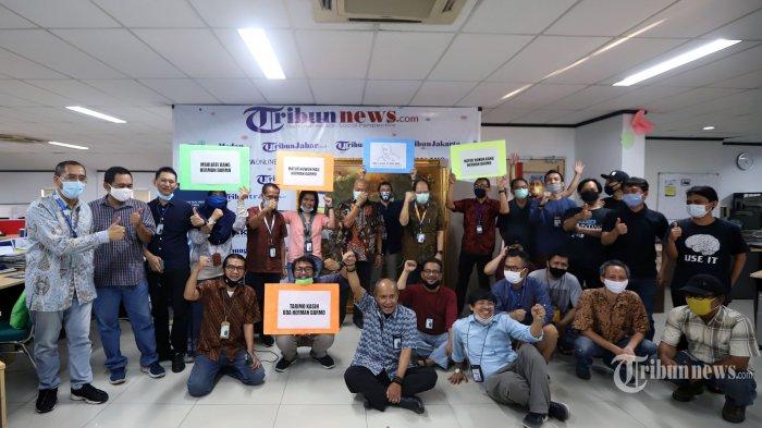 Komisaris Tribun Network Herman Dharmo berfoto bersama redaksi Tribunnews dan Wartakota pada acara pelepasan purna tugas Komisaris Tribun Network di Gedung Tribun, Palmerah, Jakarta Pusat, Selasa (30/6/2020). Tribunnews/Jeprima