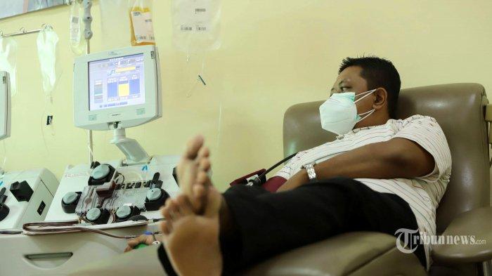 Penyintas Covid-19 melakukan donor plasma konvalesen di PMI DKI Jakarta, Jakarta Pusat, Rabu (20/1/2021)