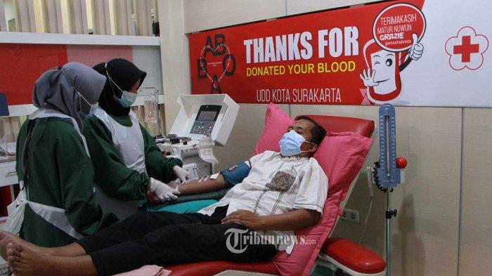 Penyintas COVID-19 mendonorkan plasma konvalesen di kantor Palang Merah Indonesia (PMI) Kota Surakarta, Jawa Tengah, Kamis (15-6-2021). PMI Kota Surakarta melayani warga yang mendonorkan plasma konvalesen dari pagi hingga pukul 21.00 setiap harinya. Kegiatan ini merupakan langkah dari Palang merah Indonesia (PMI) untuk memenuhi ketersediaan plasma darah diseluruh daerah di Jawa Tengah. (TRIBUNNEWS.COM/MUHAMMAD NURSINA)