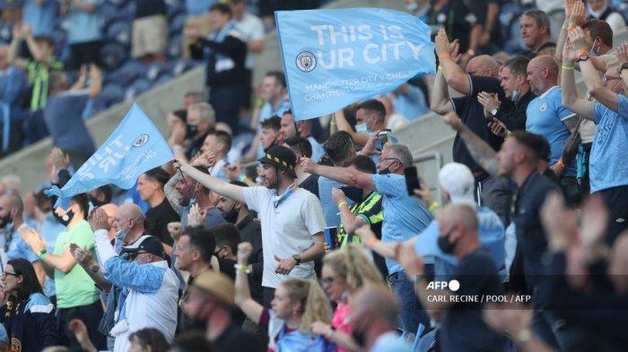 Pendukung Manchester City mengibarkan bendera menjelang pertandingan final Liga Champions UEFA antara Manchester City dan Chelsea di stadion Dragao di Porto pada 29 Mei 2021.