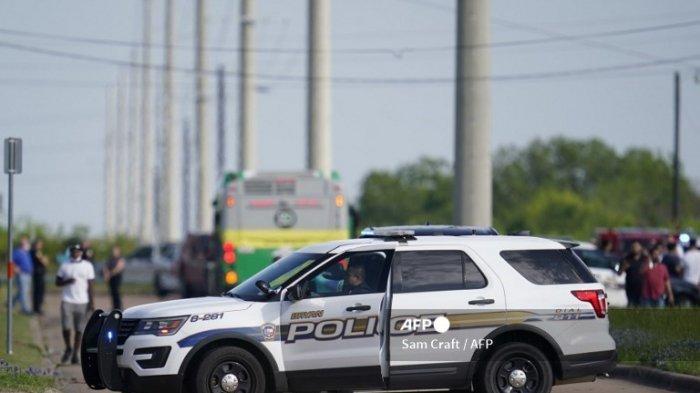 Seorang petugas polisi Bryan memblokir akses jalan di dekat lokasi penembakan massal di sebuah taman industri di Bryan di Bryan, Texas pada 8 April 2021. Satu orang tewas dan beberapa dalam kondisi kritis setelah penembakan di sebuah bisnis di Texas Kamis, tepat beberapa jam setelah Presiden AS Joe Biden menyebut kekerasan bersenjata sebagai