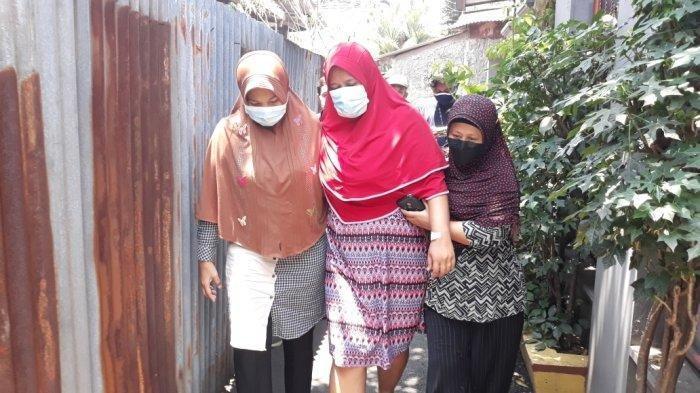 Anah (jilbab merah) saat pulang ke rumahnya usai menjalani operasi pengangkatan proyektil di RS Polri Kramat Jati, Jakarta Timur, Minggu (28/3/2021).