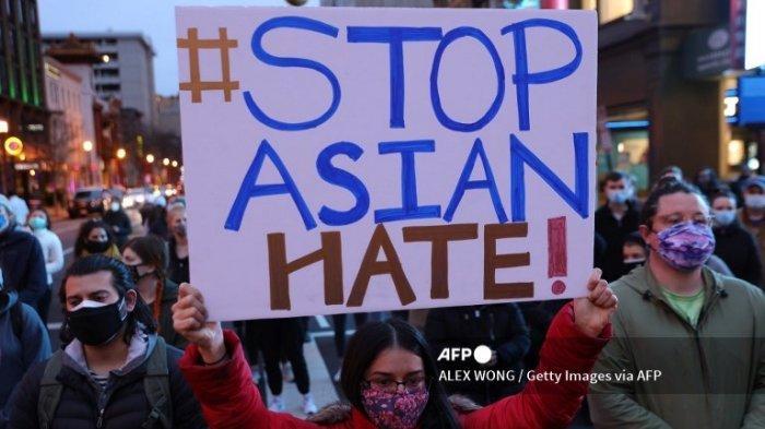Aktivis berpartisipasi dalam aksi berjaga sebagai tanggapan atas penembakan spa Atlanta 17 Maret 2021 di daerah Chinatown di Washington, DC. Seorang pria bersenjata melepaskan tembakan di tiga spa di daerah Atlanta, Georgia, sehari sebelum menewaskan delapan orang, termasuk enam wanita keturunan Asia.