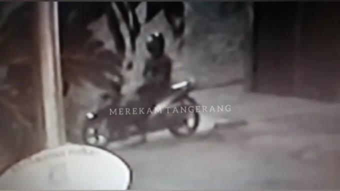 Rekaman CCTV yang memperlihatkan seorang pengendara motor tengah memantau situasi sambil menunggu eksekutor penembak seorang Ustaz di Pinang, Kota Tangerang pada Sabtu (18/9/2021)/
