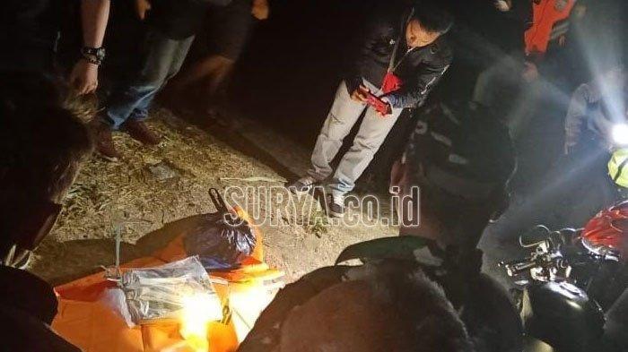 Polisi mengevakuasi mayat korban di sungai, Kelurahan Plosokerep, Kecamatan Sananwetan, Kota Blitar. Surya.co.id/Samsul Hadi