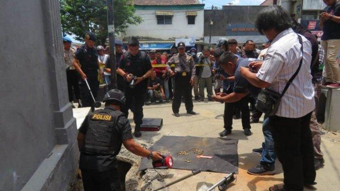 Tim Jibom tengah mencari peluru usai menerima laporan penemuan peluru oleh tukang di Jalan KH Ahmad Dahlan no 54 Ngampilan Yogyakarta, Kamis (17/10/3019). Tribun Jogja/Christi Mahatma