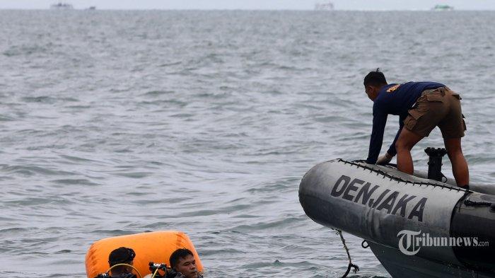 Prajurit TNI mengevakuasi serpihan dari pesawat Sriwijaya Air SJ 182 yang hilang kontak saat melakukan pencairan di perairan Kepulauan Seribu, Jakarta, Minggu (10/1/2021). Pesawat Sriwijaya Air SJ 182 yang hilang kontak pada Sabtu (9/1/2021) sekitar pukul 14.40 WIB di ketinggian 10 ribu kaki tersebut membawa enam awak dan 56 penumpang. TRIBUNNEWS/IRWAN RISMAWAN