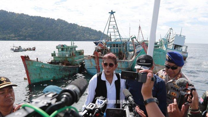 Menteri Kelautan dan Perikanan RI, Susi Pudjiastuti diwawancarai awak media usaimenyaksikan proses penenggelaman kapalilegal fishing di perairan Pulau Datuk,Kabupaten Mempawah, Kalimantan Barat, Minggu (6/10/2019). Kementerian Kelautan dan Perikanan RI kembali menenggelamkan 42 kapal ilegal fishing di sejumlah perairan Indonesia, 21 nya dimusnahkan di perairan Kalbar. TRIBUN PONTIANAK/ANESH VIDUKA