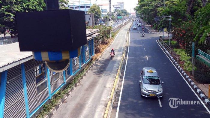 Pengendara motor menerobos jalur bus Transjakarta di Jalan Gunung Sahari, Jakarta, Pusat, Minggu (15/9/2019). PT Transportasi Jakarta bersama Dirlantas Polda Metro Jaya akan menerapkan tilang elektronik atau Electronic Traffic Law Enforcement (ETLE) mulai 1 Oktober 2019.  (Warta Kota/Angga Bhagya Nugraha)