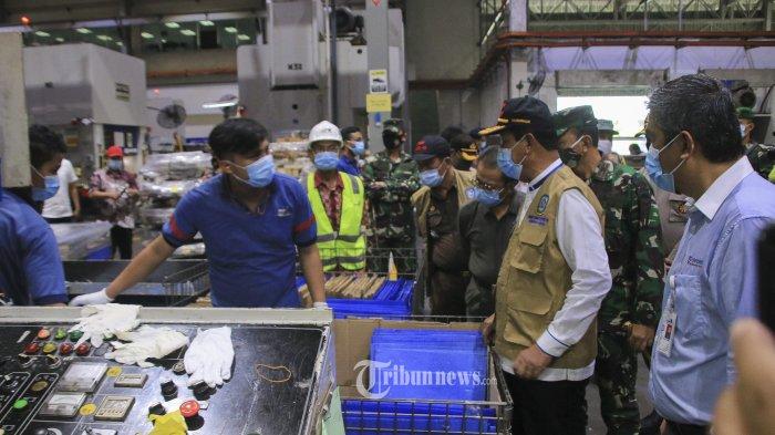 Gubernur Kepulauan Riau, Isdianto didampingi manajemen PT Amtek meninjau penerapan protokol kesehatan di PT Amtek yang berada di Kawasan Cammo Industri, Batam, Jumat (19/6). Sejumlah perusahaan di Batam menerapkan protokol kesehatan untuk mencegah penyebaran covid-19. TRIBUN BATAM/ARGIANTO DA NUGROHO