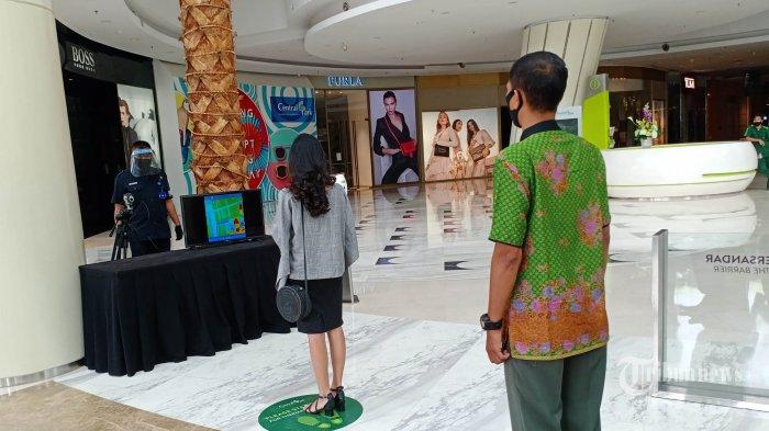Pengelola sedang mempersiapkan Mall Central Park di Jalan S Parman, Jakarta Barat. Kamis (11/6/2020).